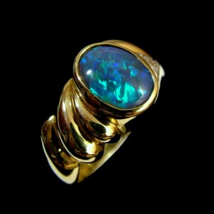 black-opal-rings-video-green on black opal in gold